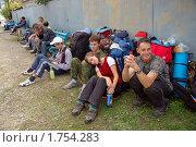 Купить «Майкопская автостанция. Группа туристов в ожидании своего рейса», фото № 1754283, снято 3 октября 2009 г. (c) Анна Мартынова / Фотобанк Лори