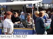 Торговля черникой (2009 год). Редакционное фото, фотограф Качанов Владимир / Фотобанк Лори