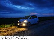 Автомобиль с включенными фарами вечером. Редакционное фото, фотограф Александр Романов / Фотобанк Лори