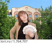 Купить «Девушка размышляет о покупке жилья на фоне новостройки», фото № 1764707, снято 3 июня 2010 г. (c) Alechandro / Фотобанк Лори