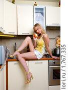 Девушка с яблоком в руке. Стоковое фото, фотограф Михаил Лукьянов / Фотобанк Лори