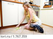 Купить «Девушка вытирает пятно на полу», фото № 1767359, снято 22 июня 2008 г. (c) Михаил Лукьянов / Фотобанк Лори