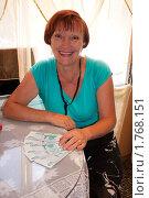 Радостная женщина 50-60 лет придерживает деньги одной рукой. Стоковое фото, фотограф Вдовенко Галина / Фотобанк Лори
