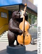 Великий Новгород. Медведь с контрабасом (2010 год). Редакционное фото, фотограф Jumbo / Фотобанк Лори
