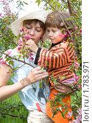 Купить «Мама и дочь с веточкой в руках», фото № 1783971, снято 7 июня 2010 г. (c) Ирина Люлько / Фотобанк Лори