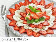 Салат из мягкого сыра и свежей клубники. Стоковое фото, фотограф Давид Мзареулян / Фотобанк Лори