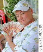 Купить «Дачница с пятитысячными купюрами в руках», эксклюзивное фото № 1787019, снято 19 июня 2010 г. (c) Юрий Морозов / Фотобанк Лори