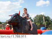 Мальчик на механическом быке (2010 год). Редакционное фото, фотограф Галина Гаврилова / Фотобанк Лори