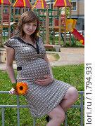 Беременная женщина с цветком. Стоковое фото, фотограф Алексей Судариков / Фотобанк Лори