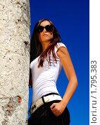 Молодая брюнетка возле каменной колонны. Стоковое фото, фотограф Андрей Цалко / Фотобанк Лори