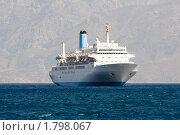 Туристический круизный лайнер плывет в скалистой бухте. Стоковое фото, фотограф Sergii Korshun / Фотобанк Лори