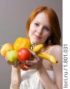 Купить «Девушка выбирает полезную пищу», фото № 1801031, снято 24 июня 2010 г. (c) Валерий Степанов / Фотобанк Лори