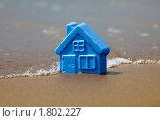 Купить «Пластмассовый детский домик на песчаном пляже», фото № 1802227, снято 23 июня 2010 г. (c) Антон Балаж / Фотобанк Лори
