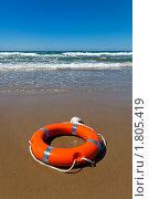 Купить «Спасательный круг на морском берегу», фото № 1805419, снято 22 июня 2010 г. (c) Антон Балаж / Фотобанк Лори
