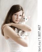 Купить «Девушка с котенком», фото № 1807467, снято 8 июня 2006 г. (c) Svetlana Mihailova / Фотобанк Лори
