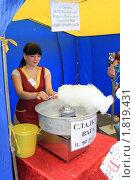 Купить «Изготовление сладкой ваты», фото № 1819431, снято 26 июня 2010 г. (c) Анатолий Матвейчук / Фотобанк Лори