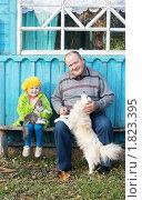 Дедушка с внучкой у дома. Стоковое фото, фотограф Майя Крученкова / Фотобанк Лори