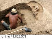 Купить «Студент-археолог на раскопках работает с найденными останками человека бронзового века. Раскопки кургана в Ремонтненском районе Ростовской области.», фото № 1823571, снято 1 июня 2020 г. (c) A Челмодеев / Фотобанк Лори