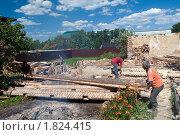 Купить «Снос старого деревянного дома», фото № 1824415, снято 21 июня 2010 г. (c) Куликова Татьяна / Фотобанк Лори