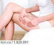 Купить «Женщина сжимает кожу на бедрах», фото № 1829991, снято 22 мая 2010 г. (c) Валуа Виталий / Фотобанк Лори