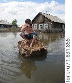 Купить «Фотокорреспондент на затопленной улице», фото № 1831855, снято 26 июня 2010 г. (c) Free Wind / Фотобанк Лори