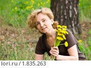 Женщина с одуванчиками. Стоковое фото, фотограф Светлана Кузнецова / Фотобанк Лори
