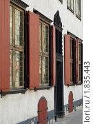 Купить «Окна старого дома в Старой Риге», фото № 1835443, снято 30 мая 2010 г. (c) Андрей Лабутин / Фотобанк Лори