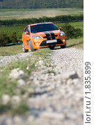 Оранжевый автомобиль Ford focus ST на проселочной дороге (2010 год). Редакционное фото, фотограф Елена Олешко / Фотобанк Лори