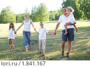 Купить «Семья с тремя детьми гуляющая по парку», фото № 1841167, снято 8 июня 2010 г. (c) Гладских Татьяна / Фотобанк Лори