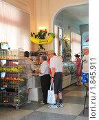 """Купить «Магазин """"Центральный"""". Покупатели в овощном отделе», эксклюзивное фото № 1845911, снято 8 июля 2010 г. (c) Анна Мартынова / Фотобанк Лори"""