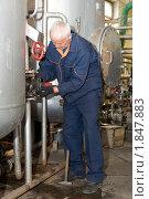 Купить «Слесарь за работой», фото № 1847883, снято 28 мая 2010 г. (c) Александр Подшивалов / Фотобанк Лори