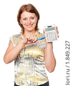 Купить «Деловая женщина указывает ручкой на калькулятор», фото № 1849227, снято 14 июля 2010 г. (c) Давид Мзареулян / Фотобанк Лори