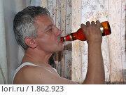 Купить «Небритый мужчина пьет пиво из горлышка», фото № 1862923, снято 25 июля 2010 г. (c) Константин Бредников / Фотобанк Лори