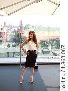 Анджелина Джоли позирует фотографам на фоне Кремля (2010 год). Редакционное фото, фотограф Виктор / Фотобанк Лори