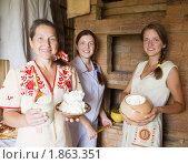 Купить «Традиционная русская семья возле печи», фото № 1863351, снято 10 июля 2010 г. (c) Яков Филимонов / Фотобанк Лори