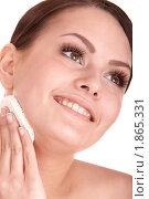 Купить «Молодая женщина протирает лицо косметической губкой», фото № 1865331, снято 26 марта 2010 г. (c) Gennadiy Poznyakov / Фотобанк Лори