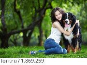 Купить «Девушка  с собакой в парке», фото № 1869259, снято 7 июля 2010 г. (c) Raev Denis / Фотобанк Лори