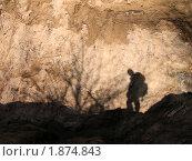 Силуэт путешественника на песке карьера. Стоковое фото, фотограф Андрей Комаров / Фотобанк Лори