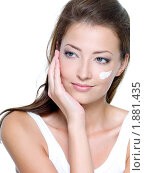 Купить «Женщина наносит увлажняющий крем на лицо», фото № 1881435, снято 8 июля 2010 г. (c) Валуа Виталий / Фотобанк Лори
