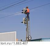 Маляр на РЖД красит  железнодорожный светофор. Стоковое фото, фотограф Алёшина Оксана / Фотобанк Лори