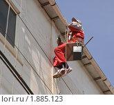Мойщик  стен разговаривает по мобильному телефону на большой высоте. Стоковое фото, фотограф Алёшина Оксана / Фотобанк Лори