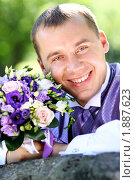 Жених с букетом для невесты. Стоковое фото, фотограф Андрей Аркуша / Фотобанк Лори