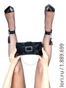 Женские ноги в туфлях, чулках-сеточка  и сумочка в руках  (изолированный на белом фоне) Стоковое фото, фотограф RedTC / Фотобанк Лори