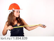 Девушка в оранжевой каске с рулеткой. Стоковое фото, фотограф Лысиков Евгений / Фотобанк Лори