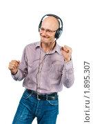 Купить «Мужчина танцует в наушниках», фото № 1895307, снято 29 июля 2010 г. (c) Давид Мзареулян / Фотобанк Лори