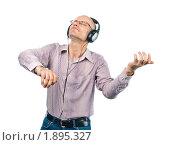 Купить «Мужчина в наушниках, имитирующий игру на скрипке», фото № 1895327, снято 29 июля 2010 г. (c) Давид Мзареулян / Фотобанк Лори