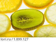 Купить «Ломтики тропических фруктов на белом фоне», фото № 1899127, снято 10 августа 2010 г. (c) Елисей Воврженчик / Фотобанк Лори