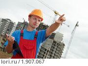 Купить «Строитель с планшетом», фото № 1907067, снято 29 июля 2010 г. (c) Дмитрий Калиновский / Фотобанк Лори