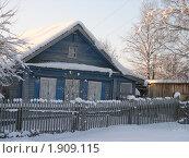 Купить «Зима в деревне. Дом в снегу», фото № 1909115, снято 18 ноября 2019 г. (c) VPutnik / Фотобанк Лори