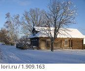 Купить «Зима в деревне. Дом в снегу», фото № 1909163, снято 18 ноября 2019 г. (c) VPutnik / Фотобанк Лори